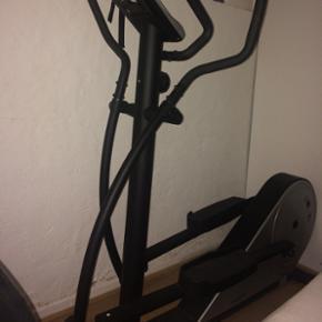 Crosstrainer - Brugt men fungerer som de - Århus - Crosstrainer - Brugt men fungerer som den skal. Der er lavet et stativ, som man passende kan bruge til lille pc eller iPad. Tælleren fungerer som den skal. Har desværre ikke plads til den. BYD gerne