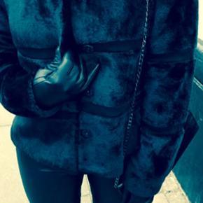 Spritny Fake fur Neo Noir nero pels/ jak - Århus - Spritny Fake fur Neo Noir nero pels/ jakke ! Har kvittering og skilt og brugt 1 time ! Nypris 1000kr! Stort set udsolgt i min str= 36! - Århus