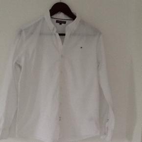 Skjorte fra Tommy Hilfiger. Brugt 1 gang - Randers - Skjorte fra Tommy Hilfiger. Brugt 1 gang. Vasket 1 gang . Str 164. Brugt af dreng på 13 år. Nypris kr 500 - Randers