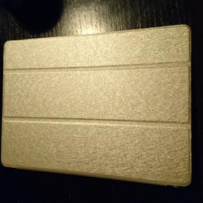 Ipad air 2 16 GB WiFi. 2 år gammel. Lag - Aalborg  - Ipad air 2 16 GB WiFi. 2 år gammel. Lagt stille i over 1 år. Har altid været i cover Ingen rider så på som ny. Der medfølger original kasse og oplader med. Har også kvitteringen. Der medfølger cover med - Aalborg