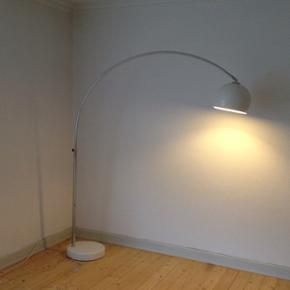 Lounge gulvlampe fra Bolia - nypris 2000 - Randers - Lounge gulvlampe fra Bolia - nypris 2000,- Yderst velholdt, brugt meget lidt. - Randers
