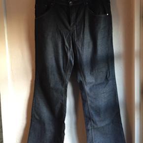 Jeans str. 46 - ZbyZ Super flotte jeans  - Randers - Jeans str. 46 - ZbyZ Super flotte jeans med 2% spandex (stræk). Livvidde: 96 cm Lårvidde: 64 cm Længde: 80 cm Bredde: 2 x 26 cm (ved foden) Kan sendes med DAO for 33kr. - Randers