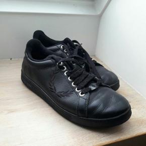 Næsten helt nye Fred Perry sko. Sorte,  - Odense - Næsten helt nye Fred Perry sko. Sorte, casual og nemme at matche. Str. 42. - Odense