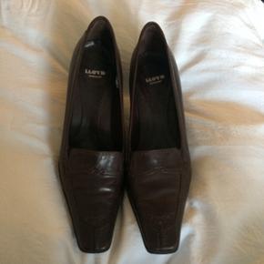 Lloyd højhælede sko i brun læder. Fin - Sønderborg - Lloyd højhælede sko i brun læder. Fin kort hæl. Kan bruges til enhver lejlighed. Nypris 995kr. 200kr. - Sønderborg