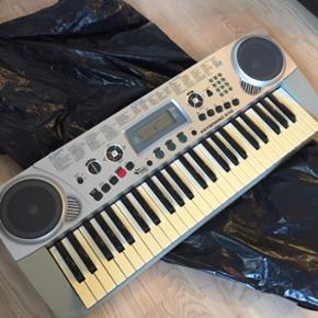 Keyboard sælges, da det ikke bliver bru - Randers - Keyboard sælges, da det ikke bliver brugt. Førpris 700kr. Stativ og nodeholder medfølger. Virker og fejler intet pånær tangenterne der er blevet lidt gullige af at have stået stille for længe. I er meget velkomne til at smide et bud