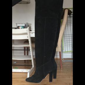 Ægte ruskind støvler! Super lækre, br - København - Ægte ruskind støvler! Super lækre, brugt maks 3 timer. Str. 37 - De er 10 cm høje. Byd
