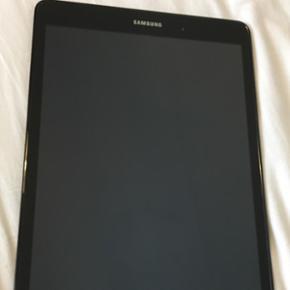 Samsung tab A 9,7, 16 GB med simkort. (4 - Otterup - Samsung tab A 9,7, 16 GB med simkort. (4g). Der medfølger: original kasse, kvittering, lader, 2 silicone cover, 1 Samsung book cover, Micro SF kort 32 GB. Tablet har haft cover på er er i perfekt stand. Alt er slettet på den og den er klar ti - Otterup