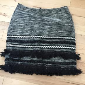 Nederdelen er fra H&M. Nederdelen er gr? - Esbjerg - Nederdelen er fra H&M. Nederdelen er grå med forskellige detaljer nederst. Str. 34. Som ny, da den ikke er brugt. Før pris: 249. Kom med et bud. - Esbjerg