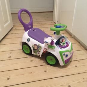 """Bil/Gåvogn fra Disney, som man kan brug - København - Bil/Gåvogn fra Disney, som man kan bruge til at lære at gå med, men samtidig er skøn som """"bil"""". Forskellige lyde i knapperne og en """"laserpistol"""" m lyd. Desuden et hulrum i sædet til opbevaring/legetøj. Absolut yndlingslegetøj for mine  - København"""