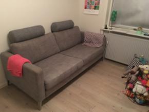 3 Pers IKEA sofa bortgives mod afhentnin - Esbjerg - 3 Pers IKEA sofa bortgives mod afhentning. Sofaen er gmb og med enkelte pletter som ikke er forsøgt fjernet. Betrækket kan tages af og vaskes. Der følger 2 nakkepuder med. Skal afhentes hurtigst muligt i sædding Esbjerg. - Esbjerg