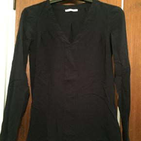 Skjorte blouse. I mørkeblå. Brugt en e - Viborg - Skjorte blouse. I mørkeblå. Brugt en enkelt gang og fremstår derfor som ny. BYD endelig - Viborg