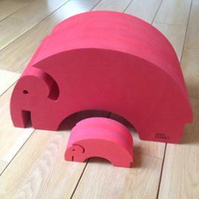 Bobles Aids elefant med 2 unger.Fin rød - Køge - Bobles Aids elefant med 2 unger.Fin rød elefant. Den ene unge har bidemærker og den anden er helt ny i emballage. - Køge
