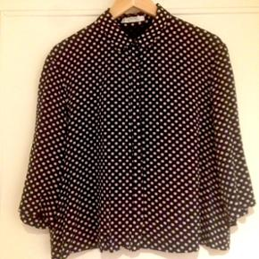 Soft shirt/blouse from Mango. Colour: Na - København - Soft shirt/blouse from Mango. Colour: Navy blue with white dots Condition: Only used a few times. Have a look at my other adds