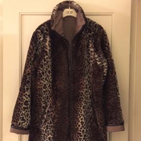 Frakke i leopard mønster i Str. 38 Læd - København - Frakke i leopard mønster i Str. 38 Læder langs kanten fortil og lommerne, ærmekanten, frakken er også vendbar med quiltet for - København