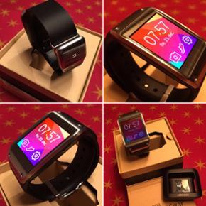 Samsung Galaxy Gear Smartwatch med fed A - Billund - Samsung Galaxy Gear Smartwatch med fed Amoled skærm og lækker rem, giver helt nyt liv til en Samsung Mobil. Indbygget 1,9 mp kamera - viser alt hvad der sker på telefonen, komplet med kasse og lader, befinder sig i Give, sælges for 700,- - Billund