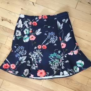 Nederdelen er fra Zara. Nederdelen er m? - Esbjerg - Nederdelen er fra Zara. Nederdelen er mørke blå med blomster. Brugt få gange. Kom med et bud. - Esbjerg