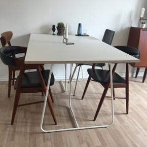 Flot Hvidt bord. L150 B90, 19 mm birkekr - København - Flot Hvidt bord. L150 B90, 19 mm birkekrydsfinérplade monteret med mat og ekstra modstandsdygtig laminatoverflade i forhold til ridser og slitage. Laminaten er silkeblød - og der efterlades stort set ikke aftryk efter berøring. Dette skyld - København