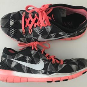 Et par lette Nike løbe/træning sko st? - København - Et par lette Nike løbe/træning sko størrelse 36,5. Næsten ikke brugt. Nypris 800kr. BYD - København