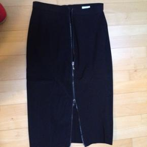 Sport max nederdel med elastan i str 38. - Fredericia - Sport max nederdel med elastan i str 38. Lynlås på bagsiden. Længde 67cm. Nypris 1200kr - Fredericia