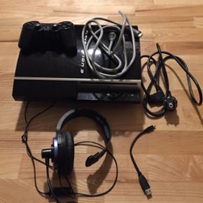 Velfungerende PS3 med nødvendige kabler - Odense - Velfungerende PS3 med nødvendige kabler, opladerstick, headset, og 12 spil, som kan ses på billederne. Fast pris :-) Maskinen kan også afspille PS1 spil :) Spørgsmål så skriv endelig. - Odense