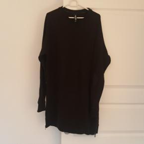 Sweatshirt fra RAW APPEAL - Da jeg ikke  - Næstved - Sweatshirt fra RAW APPEAL - Da jeg ikke rigtig kan passe denne sweatshirt, må jeg desværre sælge den. Blusen er kun brugt til pænt brug 2 gange, og derefter vasket og hængt på bøjle. Sweatshirt'en har aldrig været udsat for børn, rygni - Næstved