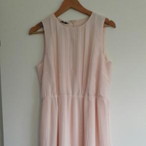 Mint&berry kjole i soft pink. Rigtig læ - Viborg - Mint&berry kjole i soft pink. Rigtig lækkert stof med en diskret slids ved brystet. Aldrig brugt - mærket sidder i. - Viborg