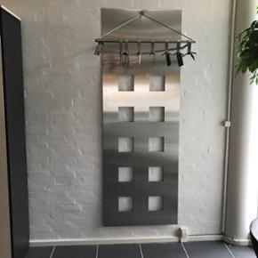 Gaderobe i børstet stål købt ved Ingv - Esbjerg - Gaderobe i børstet stål købt ved Ingvard Christensen. Bredde: 71 cm og højde: 199,5 cm. Inklusiv 6 bøjler i børstet stål. Ny pris 7.800 - Esbjerg