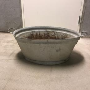 Zinkbaljer, 3 stk. 150 kr pr. stk. Der e - Skanderborg - Zinkbaljer, 3 stk. 150 kr pr. stk. Der er boret huller i bunden, da de har været brugt til planter. - Skanderborg