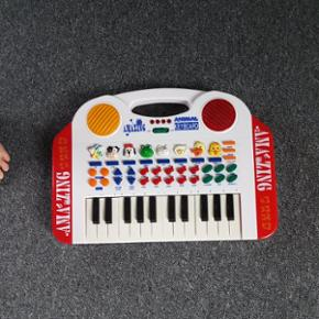 Keyboard med masser af lyde, skal have n - Bramming - Keyboard med masser af lyde, skal have nye batterier. Afhentes i Grimstrup eller afleveres i Esbjerg eller Bramming efter aftale. - Bramming