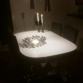 Hvid spisebord med stål kant og stål b - Aalborg  - Hvid spisebord med stål kant og stål ben L 150 B 90 H 73 Byd - Aalborg