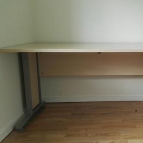 Skrivebord i lyst træ. Rigtig god stand - Århus - Skrivebord i lyst træ. Rigtig god stand! :) Bordplade 90150cm Højde 67cm - Århus
