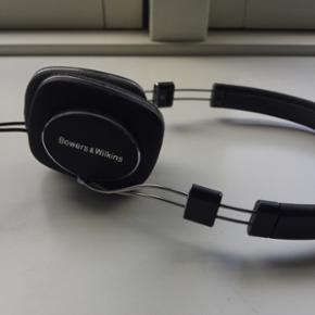 Bowers&Wilkins P3 serie 1 headset. Nypri - Århus - Bowers&Wilkins P3 serie 1 headset. Nypris ca. 1700. Sindssygt cool, meget let headset med MASSER af god lyd! Godt brugt med lidt skrammer og ridser - spiller dog upåklageligt og ledningen er netop skiftet! Kan foldes sammen og kommer med hylster - Århus