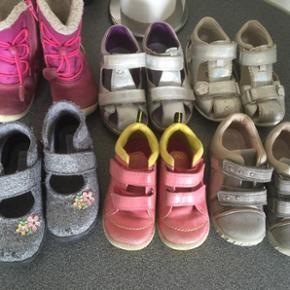 Sko støvler sandaler og hjemmesko 6 par - Odense - Sko støvler sandaler og hjemmesko 6 par 200kr i str 23-24-25 nypris er der for 3500kr - Odense