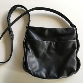 Aura læder håndtaske. Den er knap et ? - Holstebro - Aura læder håndtaske. Den er knap et år gammel. Den er på trods af den lille størrelse rigtig rummelig. Der er plads til en stor ADAX pung i den, plus mere! Har været rigtig glad for den! Men den er simpelthen blevet for lille til mine b - Holstebro