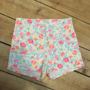 Sælger de her super cute shorts fra Div - København - Sælger de her super cute shorts fra Divided. De er hvide med neon blomster men er ikke gennemsigtige. De er brugt meget lidt og fejler intet. De sidder så flot bagpå! Str.36. Kom med et bud, jeg bytter også☀ - København