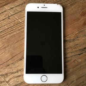 IPhone 6, 64 GB. Fungerer perfekt. Har e - Skive - IPhone 6, 64 GB. Fungerer perfekt. Har en skramme i toppen, kan skjules med medfølgende cover. Har original kasse samt høretelefoner. Oplader medfølger ikke. Bud under pris ignoreres. - Skive