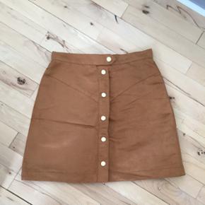 Nederdelen er fra H&M. Nederdelen er i u - Esbjerg - Nederdelen er fra H&M. Nederdelen er i uægte ruskind. Str. 36. Brugt én gang. Kom med et bud. - Esbjerg