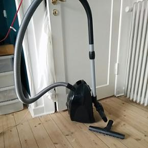 Siemens støvsuger 1 år gammel. Pæn st - København - Siemens støvsuger 1 år gammel. Pæn stand og fungerer fint. Sælges da jeg flytter sammen med kæresten og vi ikke behøver 2 tøvsugere. Nypris er 1199 kr. Min mindstepris er 450 kr. Afhentes hos mig på Amager. Komfort: - Omstilleligt  - København