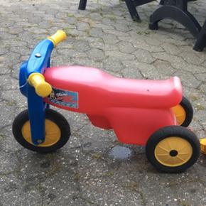 Scooter med anhænger. Med gummi hjul. E - Esbjerg - Scooter med anhænger. Med gummi hjul. Er lidt bleget af solen og mangler splitten til at sætte anhængeren fast, almindelig skrue eller lign kan bruges! 6710 - Esbjerg