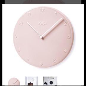 Kähler væg ur i rosa Den stor model Np - København - Kähler væg ur i rosa Den stor model Np 800 kr Fejler intet udover lille revne på forsiden men ikke dyb og når den hænger ses den ikke - København