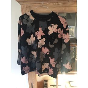 Sweatshirt fra WOOD WOOD. Brugt, men sta - Hillerød - Sweatshirt fra WOOD WOOD. Brugt, men stadig i god stand. Fast pris 500 kr + 40 kr fragt - Hillerød