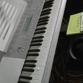 Keyboard med indbygget musikskole og 130 - Bramming - Keyboard med indbygget musikskole og 130 sange og meget mere kun brugt i 3 mdr. 100% ok pris kr. 1500.- kontakt kun pr mobil 41431295 - Bramming