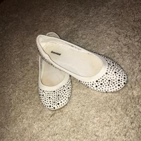 Hvide sko med sten, brugt 1 gang. Np: 10 - Næstved - Hvide sko med sten, brugt 1 gang. Np: 100 kr. BYD - Næstved