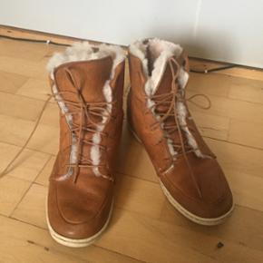 Varme og bløde HUB-vinterstøvler str 3 - København - Varme og bløde HUB-vinterstøvler str 39. Købte dem sidste år, men de er for store, så har brugt dem max 8 gange. Lækkert lammefor og blødt læder. Giv et bud:) - København