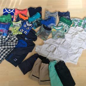 122/128 7 x t-shirts 8 x bluser 5 x kort - Odense - 122/128 7 x t-shirts 8 x bluser 5 x kortærmede skjorter 1 x skjorte med lynlås 1 x hættetrøje 5 x bukser Eller byd over