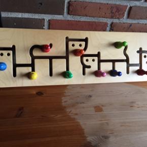 Maki knagerække til børnetøjet. Meget - Aalborg  - Maki knagerække til børnetøjet. Meget fin med 9 knage i flotte klare farver, som kan køres rundt i skinnen. - Aalborg