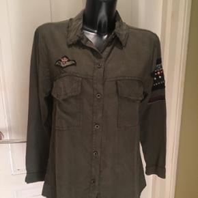 Cool army grøn skjorte med fine detalje - København - Cool army grøn skjorte med fine detaljer og rå kanter ved krave og brystlommer. Brugt 1 gang! Str S Nypris 1499,- Sælges for 250,- - København