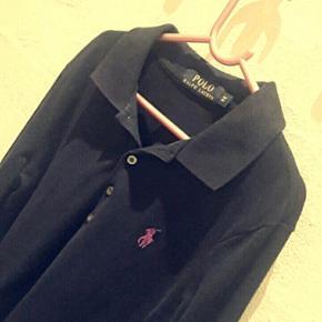 Polo Ralph Lauren i mørkeblå med lilla - Aalborg  - Polo Ralph Lauren i mørkeblå med lilla hest Str xs Brugt få gange - Aalborg