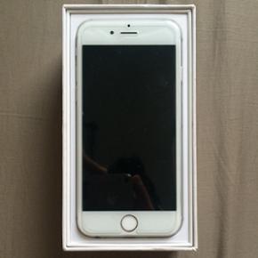 IPhone 6. jeg sælger denne her fuldt fu - København - IPhone 6. jeg sælger denne her fuldt funktionelle iPhone 6 da jeg allerede har en 6s. Telefonen har et par ridser på hjørnerne, men ikke noget man vil ligge mærke til. Farven som i kan se er sølv. Oplader og høretlf medfølger ikke. Pri - København