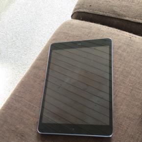 IPad mini med 16 GB den er ca. 1,5 år g - Svendborg - IPad mini med 16 GB den er ca. 1,5 år gammel. Den har få slid mærker og nogle få små ridser. Der hører et survivor cover med og et cover med tastatur hvor der er ledning med til at oplade tastaturet og så er der et cover der kun dækker - Svendborg